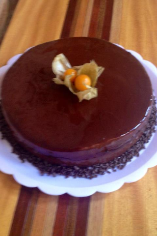 Pastel de chocolate belga con relleno de mermelada de chabacano y mousse de chocolate